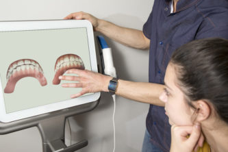 dentist showing tooth scan